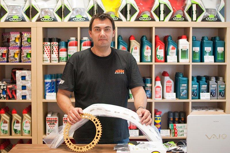 André in seinem Laden